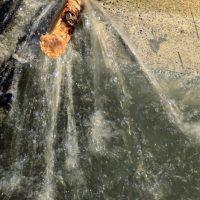 Vannlekkasje i betong før utbedring