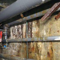Reparasjon av skadet betong med rust ned til armeringen