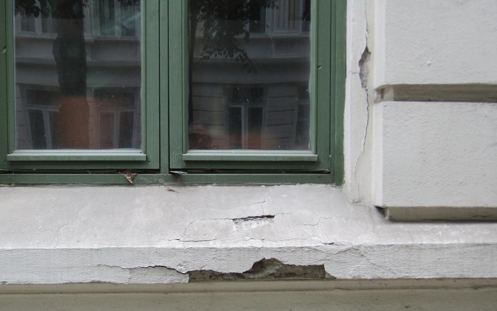 Farlig nedfall og sprekker i fasaden