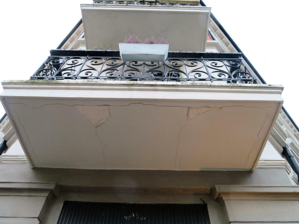 Murbiter som faller av balkonger